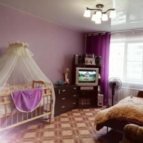 Детская кроватка в комнате родителей