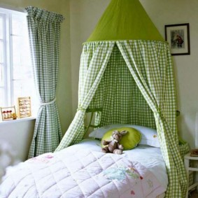 Плотный балдахин из зеленой ткани