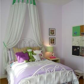 Кровать на металлическом каркасе в спальне девочки