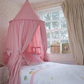 Стильный балдахин розового цвета