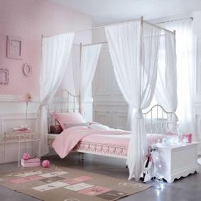 Прозрачная ткань над кроватью девочки