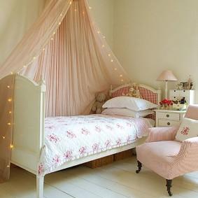 Детская кровать на дощатом полу
