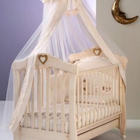 Деревянная кроватка с балдахином от солнца