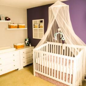 Детская кроватка светлого цвета