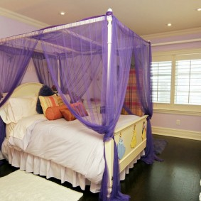 Сиреневый балдахин над кроватью подростка