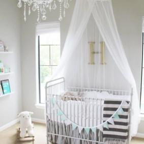 Стеклянная люстра в комнате с детской кроваткой