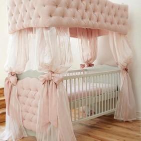 Декоративный балдахин из дорогой ткани