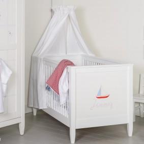 Белая мебель в комнате новорожденного