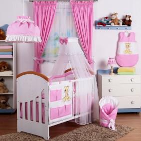 Розовый текстиль в спальне девочки