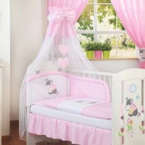 Кроватка для маленькой девочки с розовым балдахином