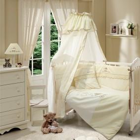 балдахин из ситца над кроватью малыша