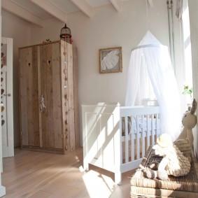 Деревянный шкаф в комнате мальчика