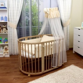 Кроватка на колесиках для младенца