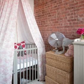 Кирпичная стена в детской комнате