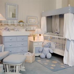 Мебель светлого цвета в комнате мальчика