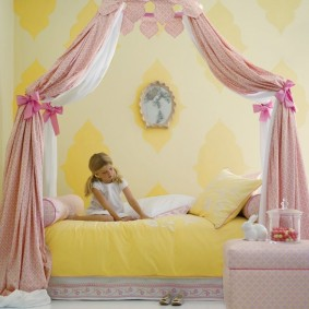 Желтое одеяло на кровати девочки