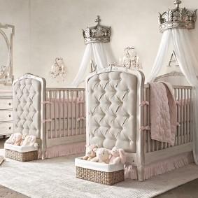 Стильные кроватки в комнате двух девочек