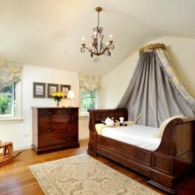 Деревянная мебель в интерьере детской спальни