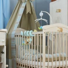 Развивающая игрушка над кроваткой младенца