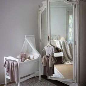 Зеркала на распашных дверцах детского шкафа
