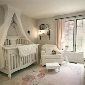 Удобное кресло для мамы в спальне девочки