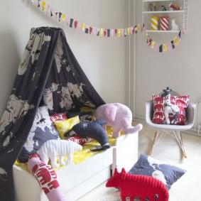 Детские игрушки на небольшом диванчике