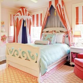 Балдахины в форме шатров из полосатой ткани