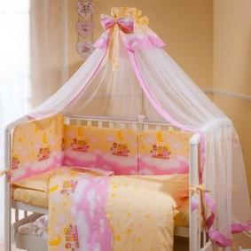 Детская кроватка из белого пластика