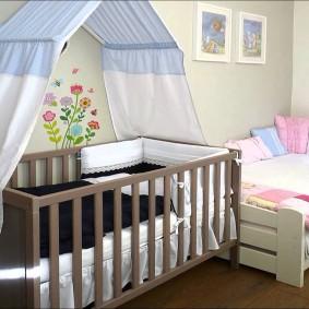 Детские кроватки в комнате разновозрастных мальчиков