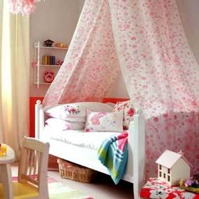 Полосатый коврик перед кроватью дочери