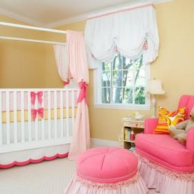 Розовое кресло в детской спальне