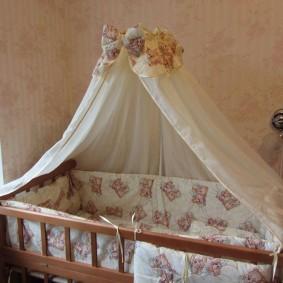 Простой балдахин над кроваткой для малыша