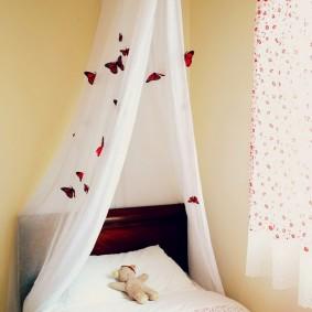 Цветные бабочки на балдахине из тюля