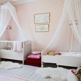 Тюлевые балдахины над кроватями девочек