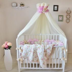 Детское одеяло на деревянной кроватке
