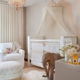 Игрушечный слоник в комнате ребенка