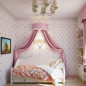 Занавески из атласной ткани в комнате девочки