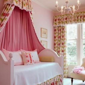 Розовые ткани в интерьере комнаты для девочки