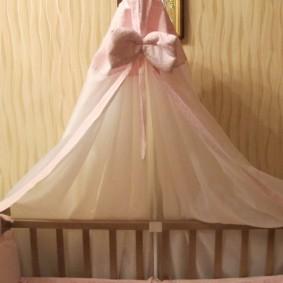 Розовый бантик на детском балдахине