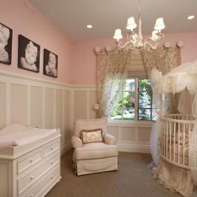 Детские фото на розовой стене