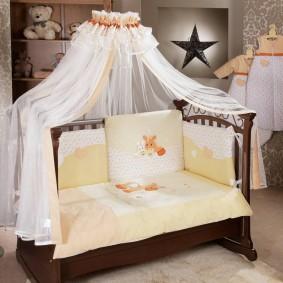 Детская кроватка коричневого цвета