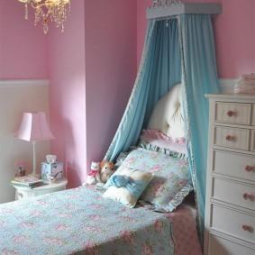 Голубой балдахин в розовой комнате
