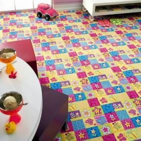 Цветочки и бабочки на ковровом покрытии