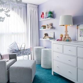 Белая мебель на ковролине бирюзового цвета