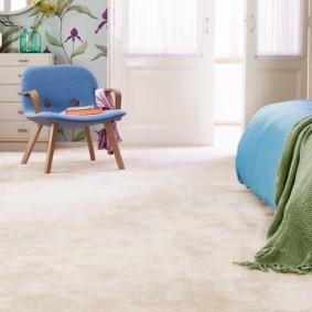 Однотонное ковровое покрытие светлого цвета