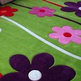 Рисунки цветов на зеленом ковре