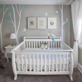 Белая кроватка для маленького ребенка