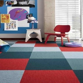 Цветные квадраты на ковре с мелким ворсом