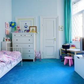 Голубой пол в детской спальне