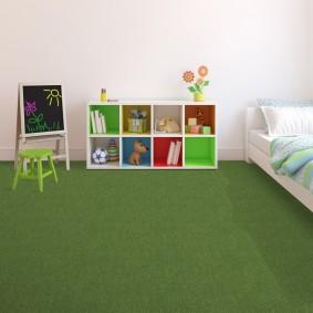 Белый стеллаж на зеленом полу